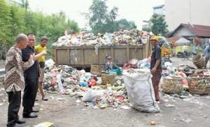 Sampah Menumpuk Menutupi Ruas Jalan Sibarau