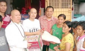 Vihara Kuang Ming San Bagikan Paket Imlek